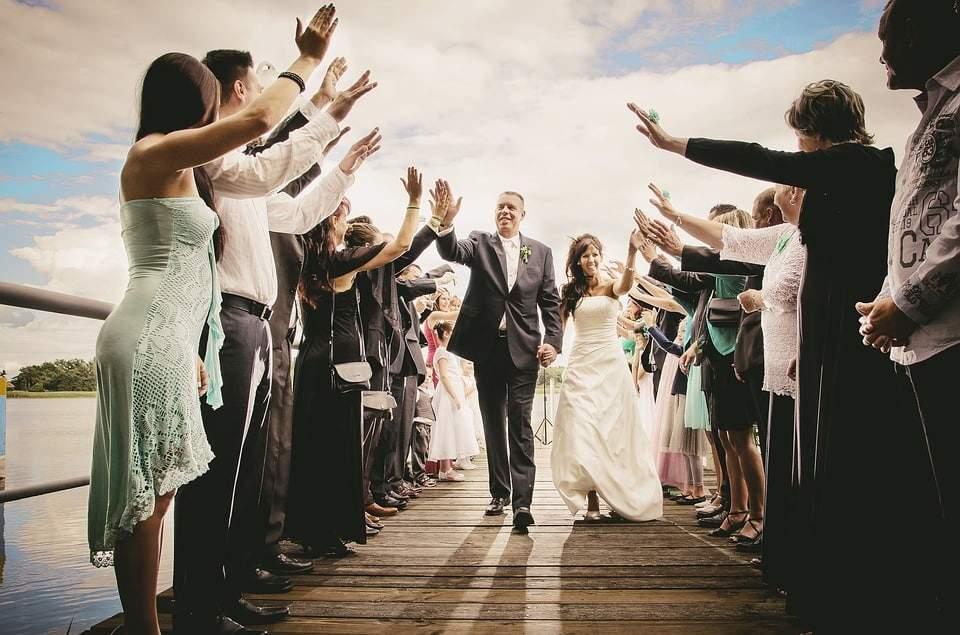 Eine freie Eheerneuerungszeremonie kann das Band der Liebe festigen